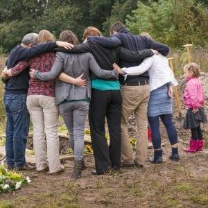 Familie bij natuurbegraafplaats